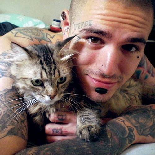 tattoo-guy-with-cat